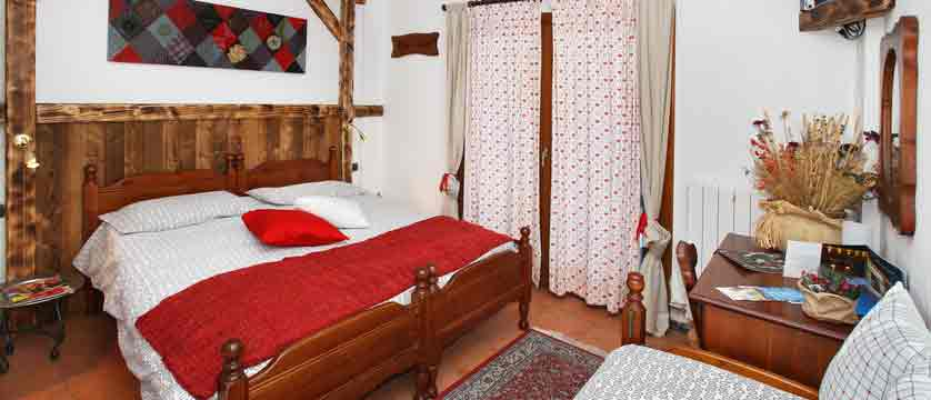 italy_milky-way-ski-area_sauze-doulx_hotel-chalet-del-sole_double-bedroom.jpg
